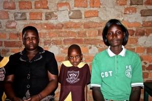 Mavelas aged 5, with mother & teacher (1)