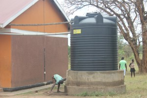 Koch Lila student drinking from water tank